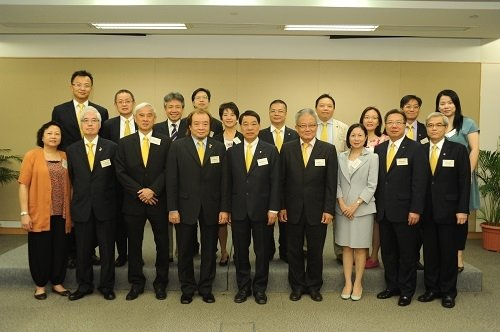 President Albert Chan (front row, fifth from left) and members of the University's senior management welcome the delegation from the Hong Kong General Chamber of Small and Medium Business to the University