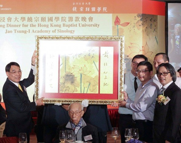 Mr. Ben Chin, Director, Tangshang Group (second from right) successfully bid HK$5.3 million, the highest price in the charity auction, for Professor Jao Tsung-i's (centre) Red Lotus with Five-character Couplet in Running Script.