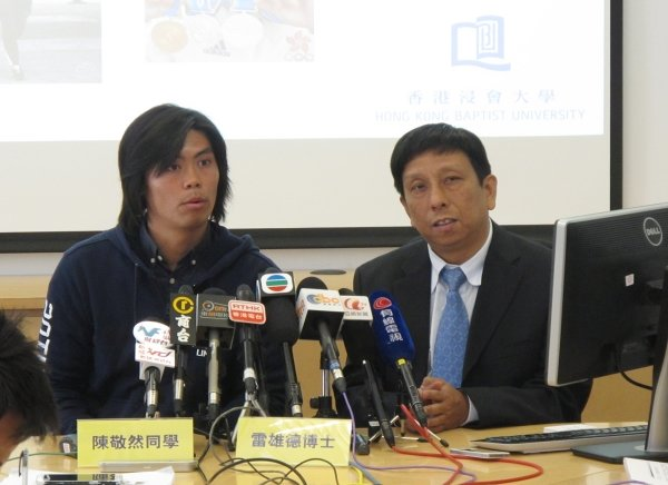 Dr. Lobo Louie (right) provides Hong Kong marathon runners with tips while Mr. Chan King-yin shares his experience of participating in the marathon.