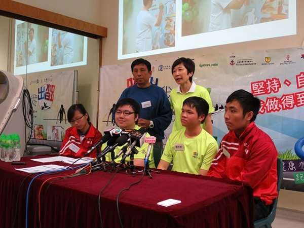 "(From left, back row) Dr. Lobo Louie, Dr. Lettie Leung, (from left, front row) HKBU student Lo Suet, participants Lee Tse-fung, Lai Chi-hang and another HKBU student Lee Siu-tung brief the media about the ""Step Up!"" Marathon Training Programme"
