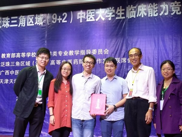 HKBU team members Hu Jiaji (second from left), Wong Chak-man (third from left) and Leung Chun-wai (third from right) receive congratulations from Professor Zhang Hongqi, Director of Teaching and Research Division of SCM (second from right); Dr. Li Hong, Lecturer of SCM (right) and Mr Cheung Chun-hoi, Technical Instructor of SCM.