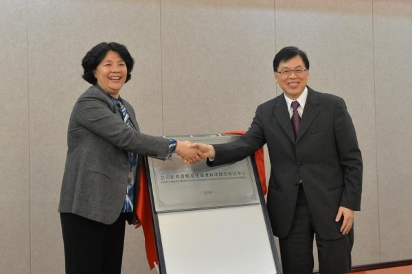 "Professor Rick Wong (right) and Professor Wen Zhiqian sign the cooperation agreement on behalf of the two universities and officiate at the opening ceremony of the ""Joint Research Centre for Space Life Science in Musculoskeletal System"""