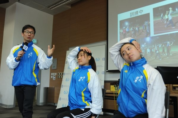 HKBU team demonstrates simple stretching exercises that can relieve muscle tension common to smartphone or tablet users.