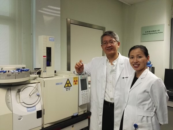Professor Bian Zhaoxiang (left) and Miss Mu Huaixue are awarded a US patent for their Chinese medicines research findings
