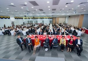 Students learn from distinguished alumni at high table dinner