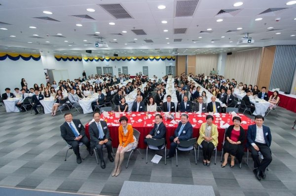 Over 200 class representatives and young alumni join the high table dinner