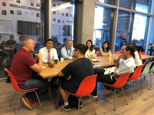 HKBU students exchange ideas with Mr David Law (left), Programme Manager of SCET's Startup Semester Programme