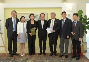 The University receives HK$1 million to set up scholarship for Chinese Medicine students