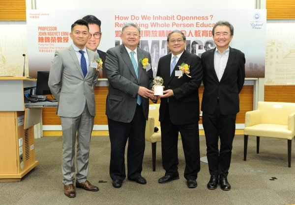 Mr Cheng Yan-kee, Chairman of the Council and the Court of HKBU (second from left) presents a souvenir to Dr Victor Fung Chairman of the Fung Hon Chu Foundation and Group Chairman of the Fung Group (second from right)