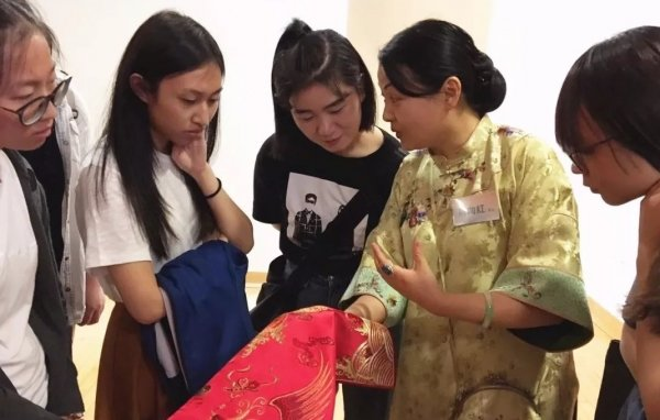 Students learn from an artist about Wu Culture