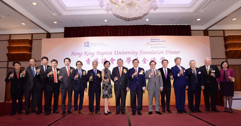 Chairman of the HKBU Foundation Dr Kennedy Wong (7th from right ) leads the guests in the toasting ceremony.