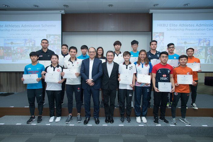 President Roland Chin (front row, centre) and Hong Kong Sports Institute Chairman Dr Lam Tai-fai (front row, fourth from left) congratulate the EAAS awardees