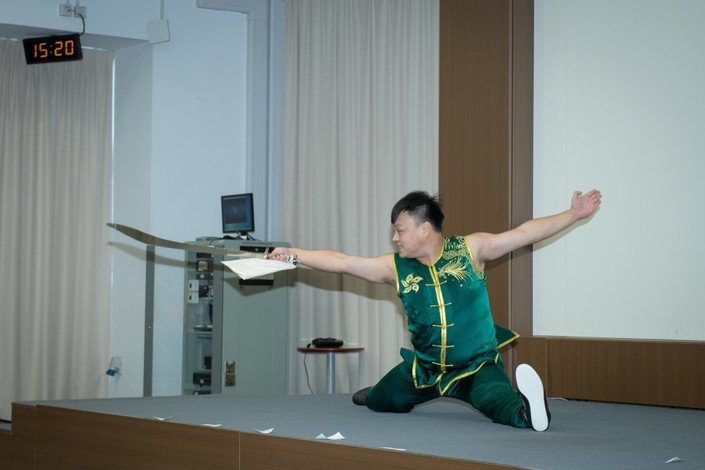 Lau Tsz-wing demonstrates Dao Shu at the ceremony.