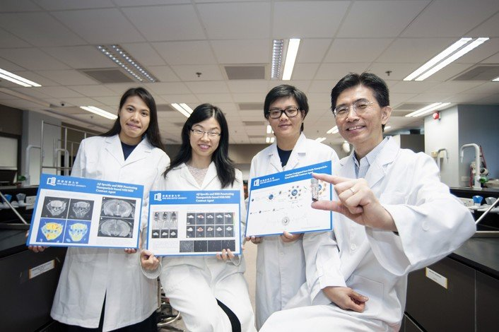 Professor Wong Man-shing (right), Dr Li Hung-wing (second from left) and their team members.