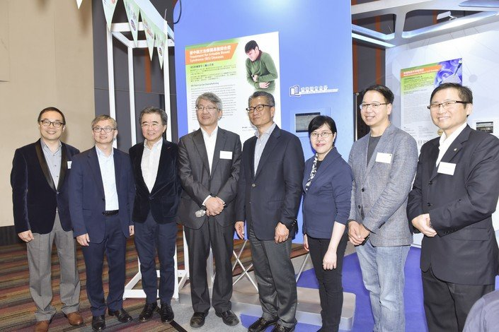 Financial Secretary Mr Paul Chan (fourth from right), Commissioner for Innovation and Technology Ms Annie Choi (third from right) and guests visit the HKBU booth.