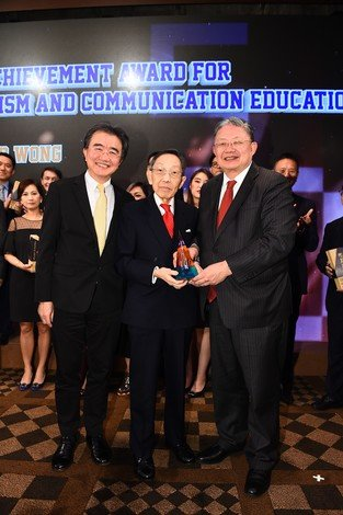 Mr Cheng Yan-kee (right) and President Roland Chin (left) present the Lifetime Achievement Award for Journalism and Communication Education to Mr Raymond  Wong.