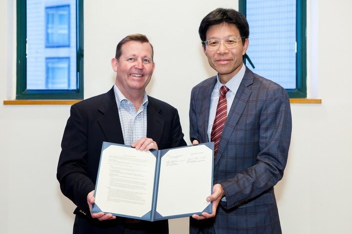 Dr Albert Chau (right) and Dr Darin Menlove sign the agreement