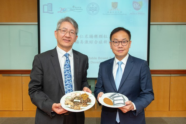 Professor Bian Zhaoxiang (left) and Professor Justin Wu explain the research development process and the effectiveness of JCM-16021
