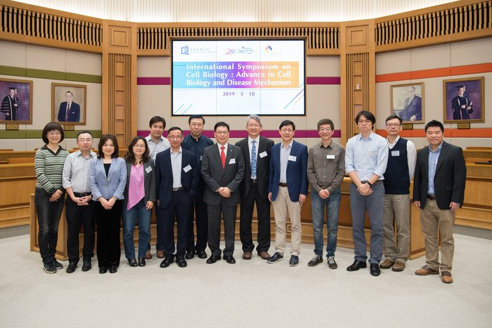 Vice-President (Research and Development) Professor Rick Wong (seventh from right) and Associate Vice-President Professor Bian Zhaoxiang (sixth from right) welcome the guest speakers