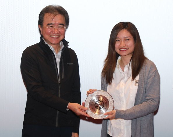 President Roland Chin presents a souvenir to Ms Oliver Chan at the Still Human screening event.