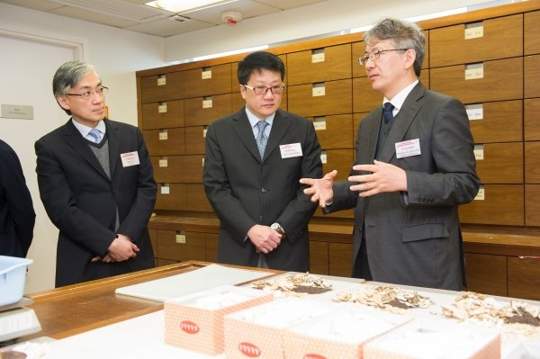Professor Bian Zhaoxiang (right), Associate Vice-President (Chinese Medicine Development) of HKBU, introduces the facilities of the Chinese Medicine Specialty Clinic to Mr Jack Chan (centre) and Director of the Hong Kong Observatory Mr Shun Chi-ming