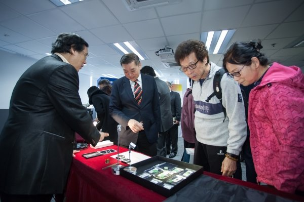 Visitors learn how to identify gems