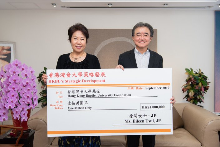 Ms Eileen Tsui and Professor Roland Chin officiate at the cheque presentation ceremony.
