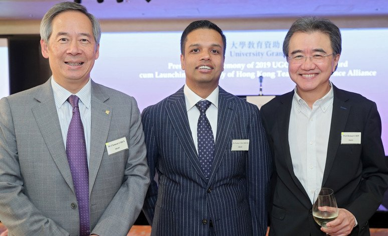 Dr Clement Chen (left), Chairman of the Council and the Court of HKBU, and Professor Roland Chin (right), President and Vice-Chancellor of HKBU congratulate Dr Tushar Chaudhuri at the ceremony.
