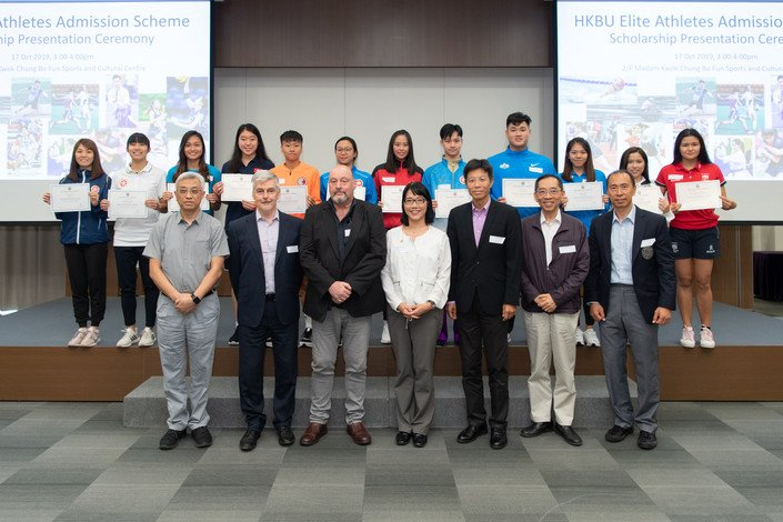 (Third from right, front row) Dr Albert Chau, Vice-President (Teaching and Learning) of HKBU, and (Third from left, front row) Professor Julien S Baker, Head of the Department of Sport and Physical Education of HKBU, congratulate the EAAS awardees.