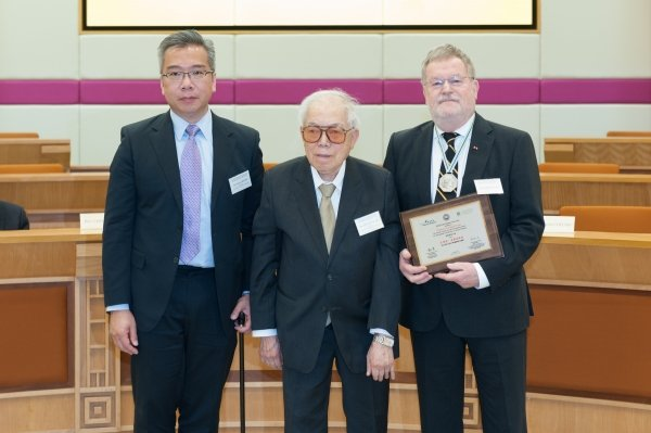 Mr Cheung On-tak (centre), Founder of Cheung On Tak Charity Foundation, and Mr Gavin Cheung (left), Director of Cheung On Tak Charity Foundation, present the award to Professor Gerhard Franz