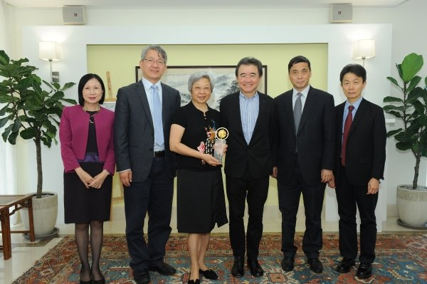 The donation will be used to support the development of Chinese Medicine. On behalf of the University, Professor Roland Chin (third from right) thanks Ms Alice Woo (third from left) for the Foundation's support.