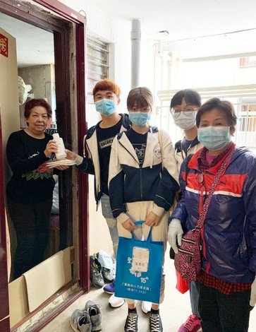 The HKBU volunteer team joins representatives from NGOs to deliver hand sanitiser to the homes of elders.