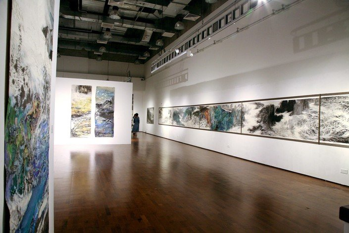 The building has a wealth of art facilities to meet the teaching needs of the Academy of Visual Arts, and it houses an exhibition gallery.