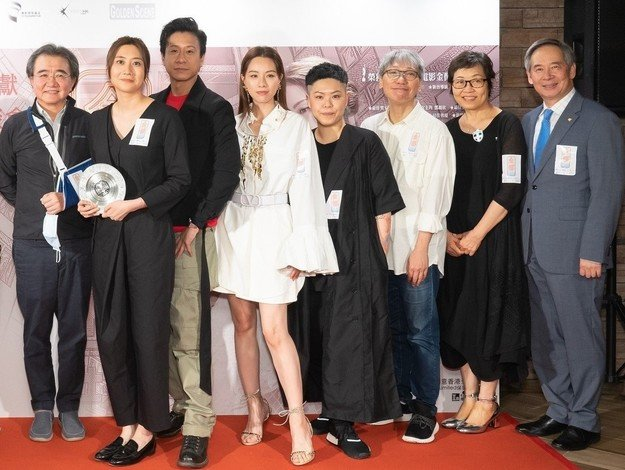 Dr Clement Chen (right) and Professor Roland Chin (left) attend the premiere gala of the movie My Prince Edward with the cast and guests, and present a souvenir to director and alumna Miss Norris Wong (2nd from left).