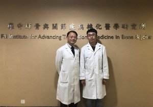 Two Chinese medicine scholars claim top prize of Beijing Science and Technology Award for collaborative research in bone and joint diseases