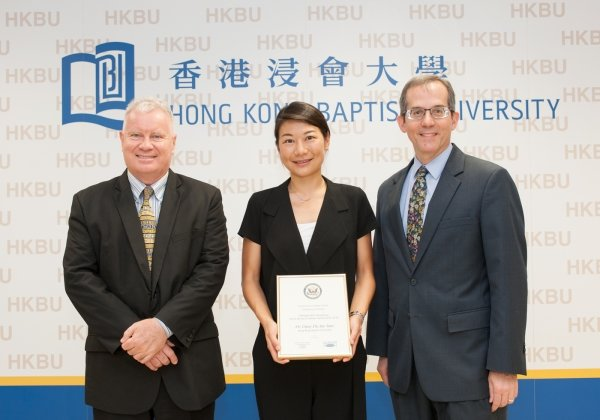 Dr Daisy Tam (centre) receives the Fulbright-RGC Hong Kong Senior Research Scholar Award certificate from Mr Thomas Hodges, Deputy Consul General of the United States of America to Hong Kong and Macau (right), with Professor Clayton MacKenzie, Provost of HKBU, accompanying her