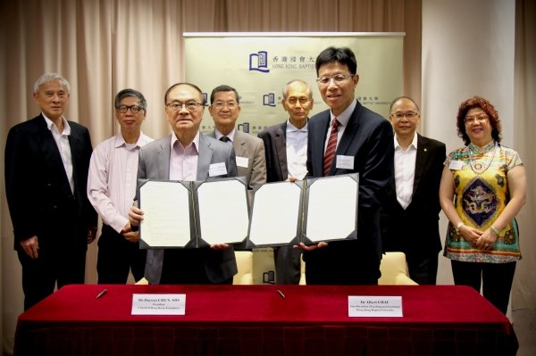 Dr Albert Chau (right, front row), and Dr Darwin Chen (left, front row) sign the MOU on behalf of the two organisations, under the witness of honourable guests (back row from left) Professor Frank Fu, Vice President of UNESCO HK, Dr Yuen Kwok-keung, Professor Ying Yu-hing, Professor Lee Ngok, Professor Ricky Wong, Associate Vice-President (Teaching and Learning) cum Academic Registrar, HKBU and Dr Eva Wong