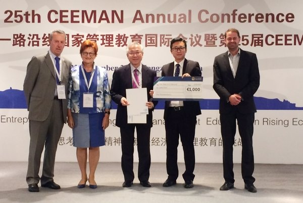 Dr Caleb Chen (second from right) and Professor Allan Chan (centre) receive the award