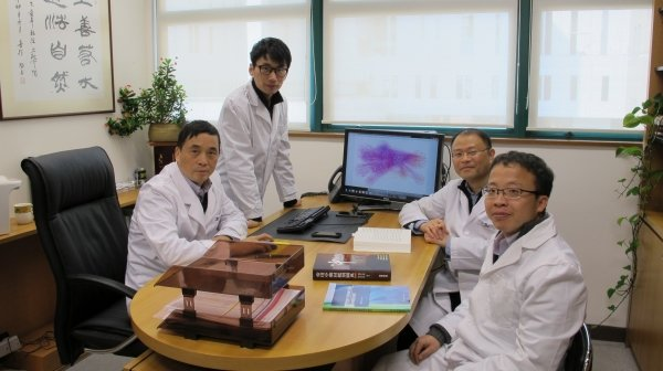 Professor Lu Aiping (left) and Dr Zhang Ge (second from right) lead HKBU research team to develop a novel osteoblast-specific delivery system