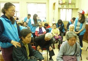 SCM students provide healthcare services to over 100 elderly with chronic pain in Sham Shui Po