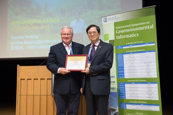 HKBU Provost Professor Clayton MacKenzie (left) presents a token of appreciation to keynote speaker Professor Gordon Huang