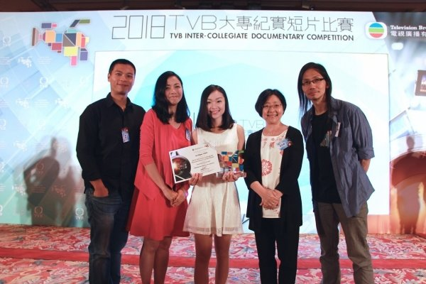 Journalism faculty members congratulate Lin Bijun (centre) over her achievement