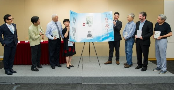 Acting Dean of Arts Professor Johnny Poon (fourth from right), Chairman of the final judging panel Professor Chung Ling (fourth from left), unveil the winning novel with members of the final judging panel