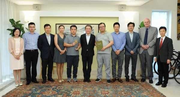 On behalf of the University, President Roland Chin (centre) expresses his gratitude to Mr Li Feng (fifth from right), Mr Huang Xiang (seventh from right) and Ms Zou Wenjing (eighth from right) for their support to the development of computer science